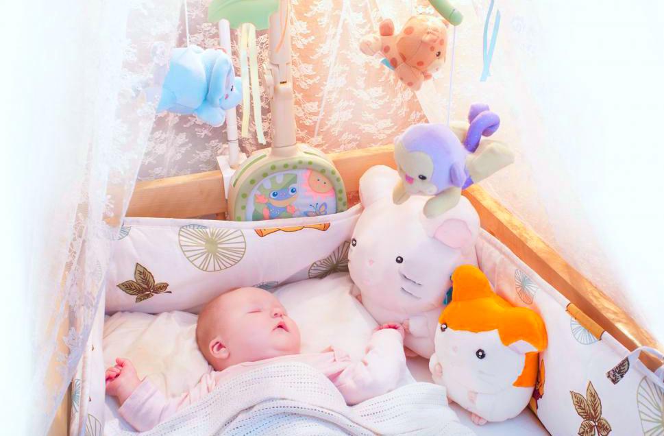 Младенцы младше месяца не спят более четырех часов за один раз, но это увеличивается, когда они становятся немного старше.