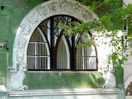 Дом с котами, также известный, как Дом Ягимовского, является памятником архитектуры и истории дореволюционного Киева.