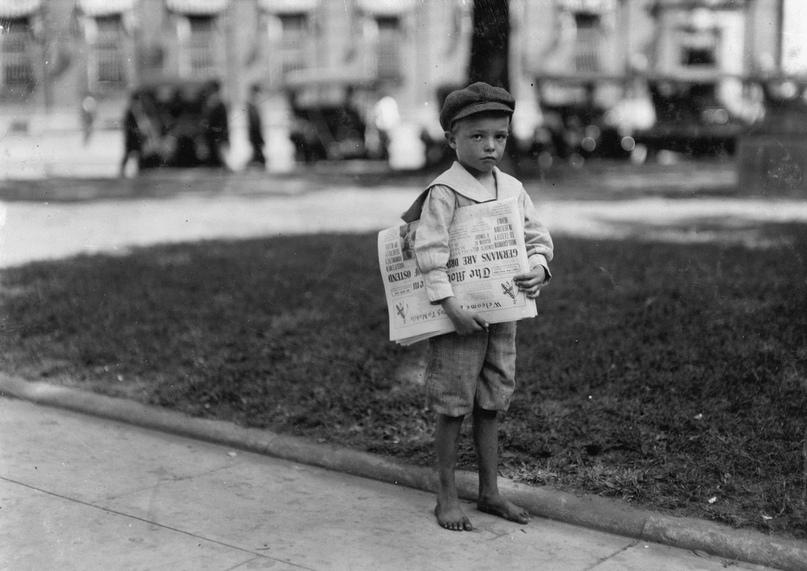 Мальчик лет десяти, дрожа от холода, босиком стоял у витрины обувного магазина и...