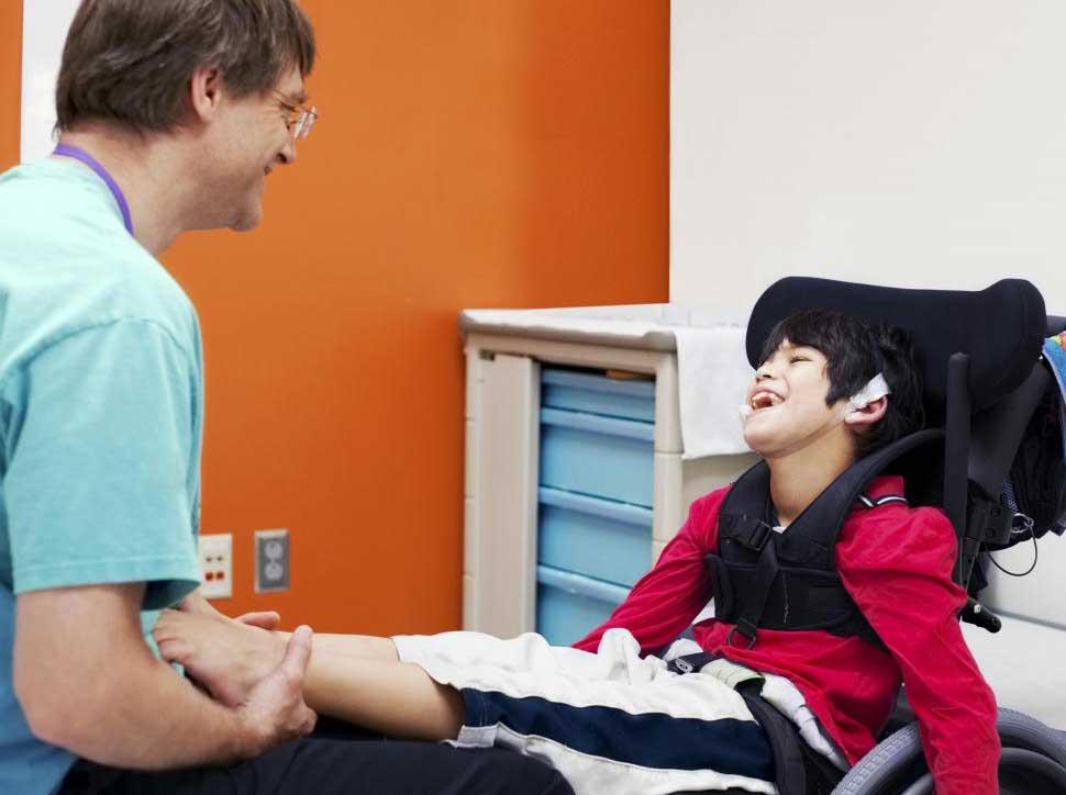 Дети с ограниченными возможностями могут извлечь выгоду из сосредоточенного внимания физиотерапевта.