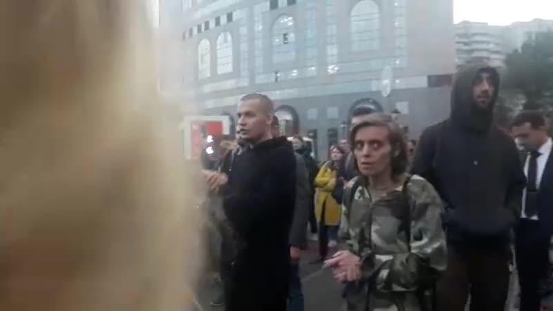 Константина Котова которого приговорили к четырем годам колонии общего режима увозят из суда