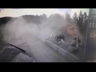 В Челябинской области у грузовика отказали тормоза и он на полной скорости врезался в четыре машины