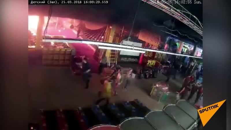 Момент начала пожара в ТЦ Зимняя вишня в Кемерово попал на видео 2