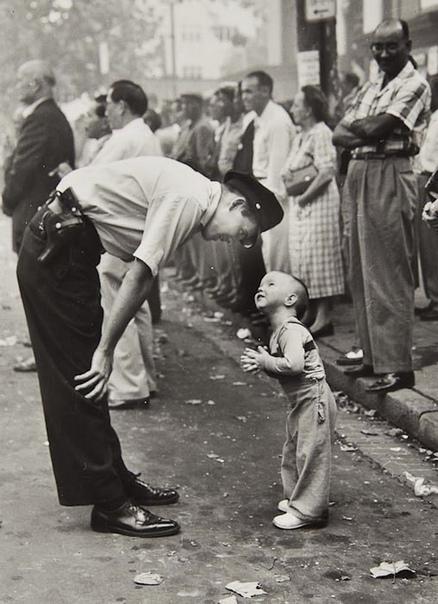 Фото малыша, разговаривающего с полицейским на параде в честь китайского Нового Года в Вашингтоне (получила впоследствии Пулитцеровскую премию 1958 года