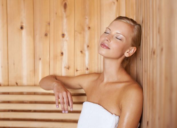 Женщины пользуются сауной обычно для похудения и очищения.