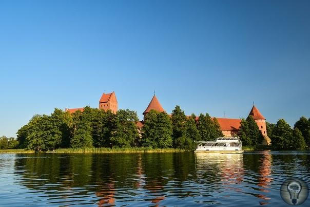 БАЛТИКА 3000. ПУНКТ 12-Й - ТРАКАЙ. И в тридцати километрах от Вильнюса нас ждет еще одна архитектурная жемчужина! Удивительный край! В его окрестностях насчитывается до двухсот озер с чистейшей