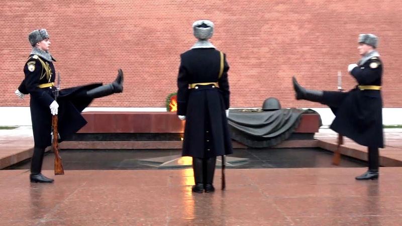 Почётный караул у вечного огня Guard of Honor at the Eternal Flame 儀仗隊 名誉の護衛 حارس الشرف Ehrengarde