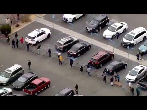 В Лос Анджелесе США люди атакующие рынки с опасением вируса Короны образовали длинные очереди