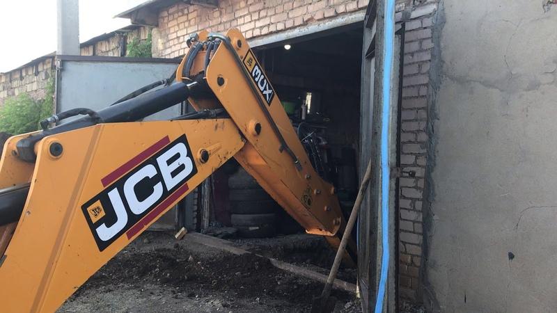 В Оренбурге копаем экскаватором JCB 3CX смотровую яму в гараже рядом с погребом т 96 7171