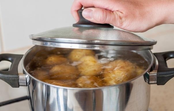 Не выливайте воду после варки картофеля. Вот как её можно использовать.