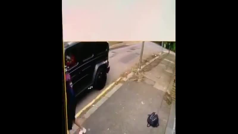 Leaked video of someone attempting to hijack Mesut Özil's car Sead Kolasinac jumping out t