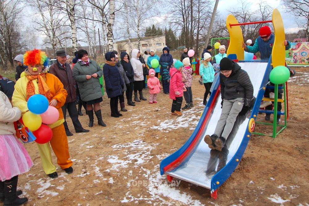 Детская площадка в деревне Чертково