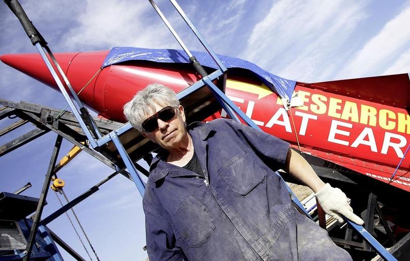 64-летний Майкл Хьюз разбился на самодельной ракете пытаясь доказать, что Земля плоская