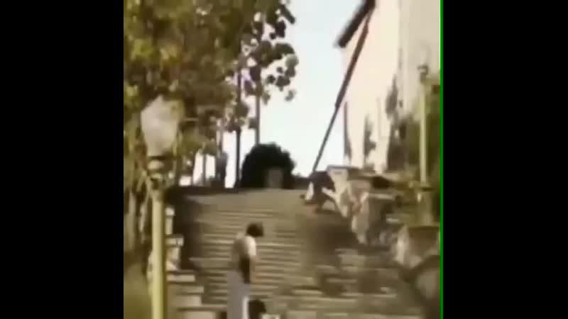 споткнулся на лестнице