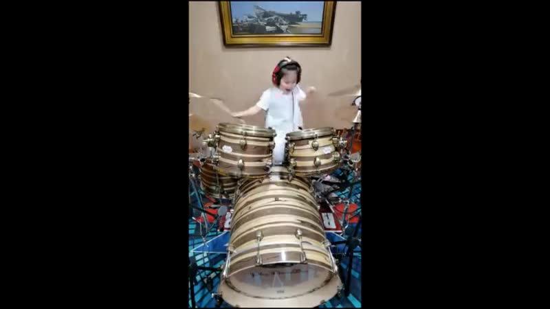 Девочка барабанщица