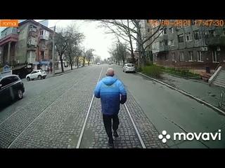 ПН TV: В Николаеве мужчина опоздал на трамвай, поэтому решил пробежаться перед ним