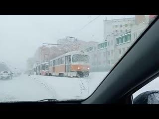 В данный момент ситуация с транспортом не улучшилась, даже наоборот встали трамваи по направлению к речпорту.