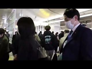В Японии мужчины-депутаты надели искусственные животы, чтобы понять, как себя чувствуют беременные.