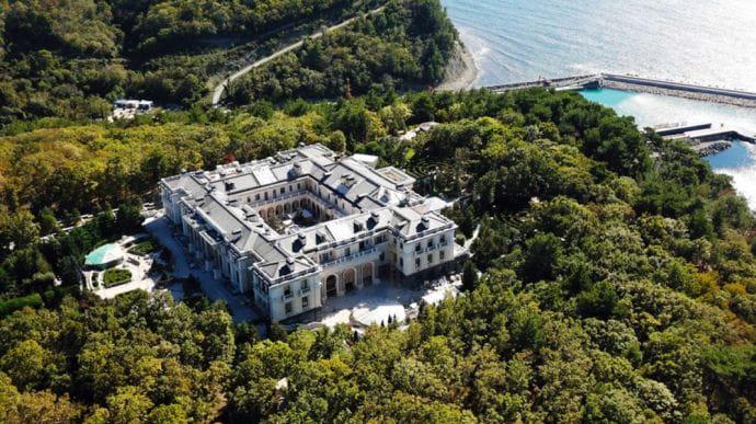 Лукашенко заявил, что после фильма о «дворце Путина» кто-то ищет и его «дворец»