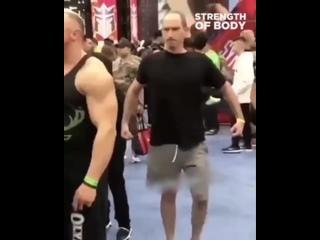 Бесстрашный парень толкает качков плечом