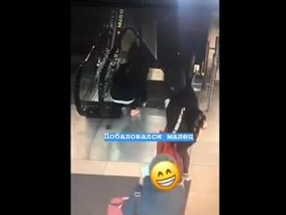 Обувь молодого человека затянуло в эскалатор (Владивосток)