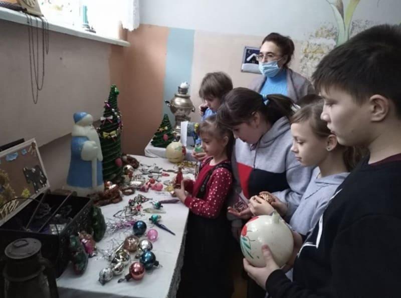 В музее «Петровский патриот» детско-юношеского центра работает выставка «Старинные новогодние игрушки»