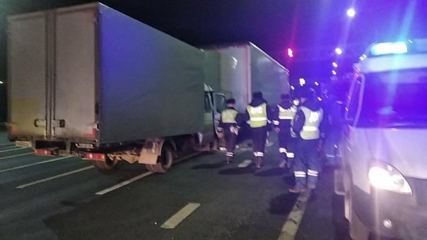 На М7 на светофоре столкнулись два грузовикаОдин в...