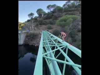 Эпичный прыжок через мост