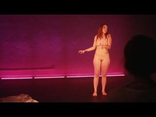OON, голая на сцене – бразильская актриса Juliana Pina играет роль с обнажением