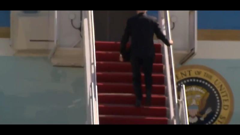 Президент США Джо Байден споткнулся и упал на трапе самолета из-за сильного ветра