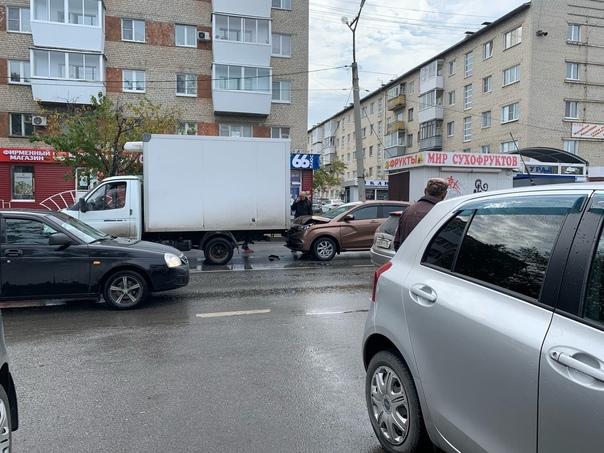 Наша подписчица сообщает о ДТП на улице Добролюбова у ост...
