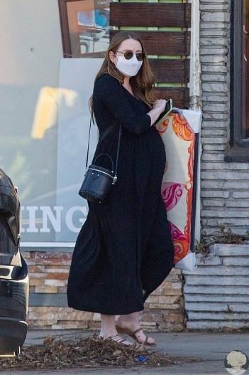 Эмму Стоун заметили во время шопинга на последних месяцах беременности Новые фото!32-летняя актриса готовится стать мамой в первый раз. Слухи о грядущем пополнении в семье Эммы Стоун и ее