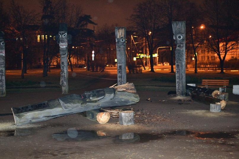 14 апреля 2015 года, в парке Сосновка неизвестные спилили идолов Чансын.