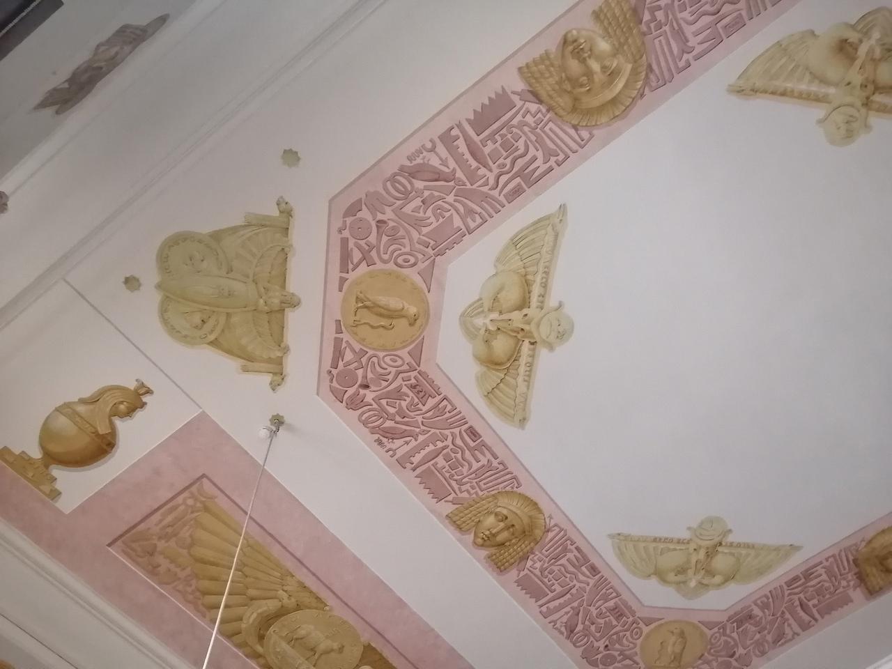 И лепнина, лепнина на потолке и стенах...