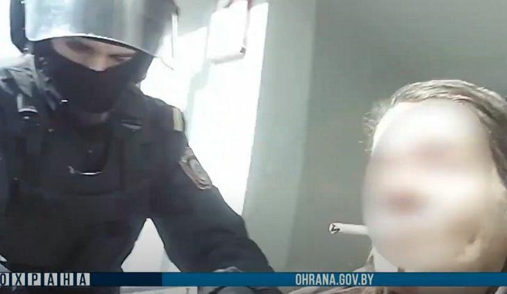 В Минске женщина бросалась на прохожих с тесаком. В настоящее время она задержан...