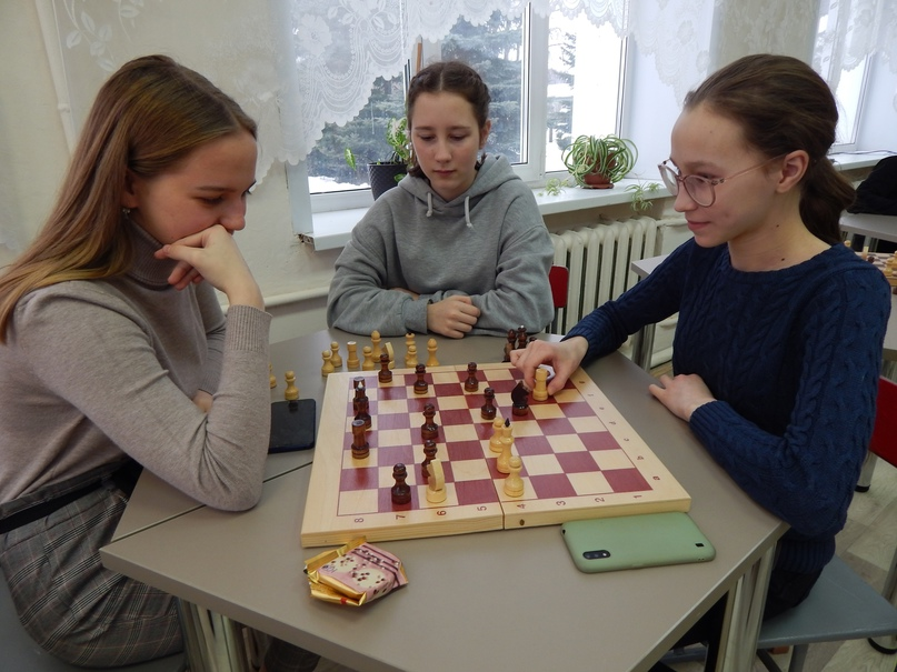 Девочки тоже любят шахматы.