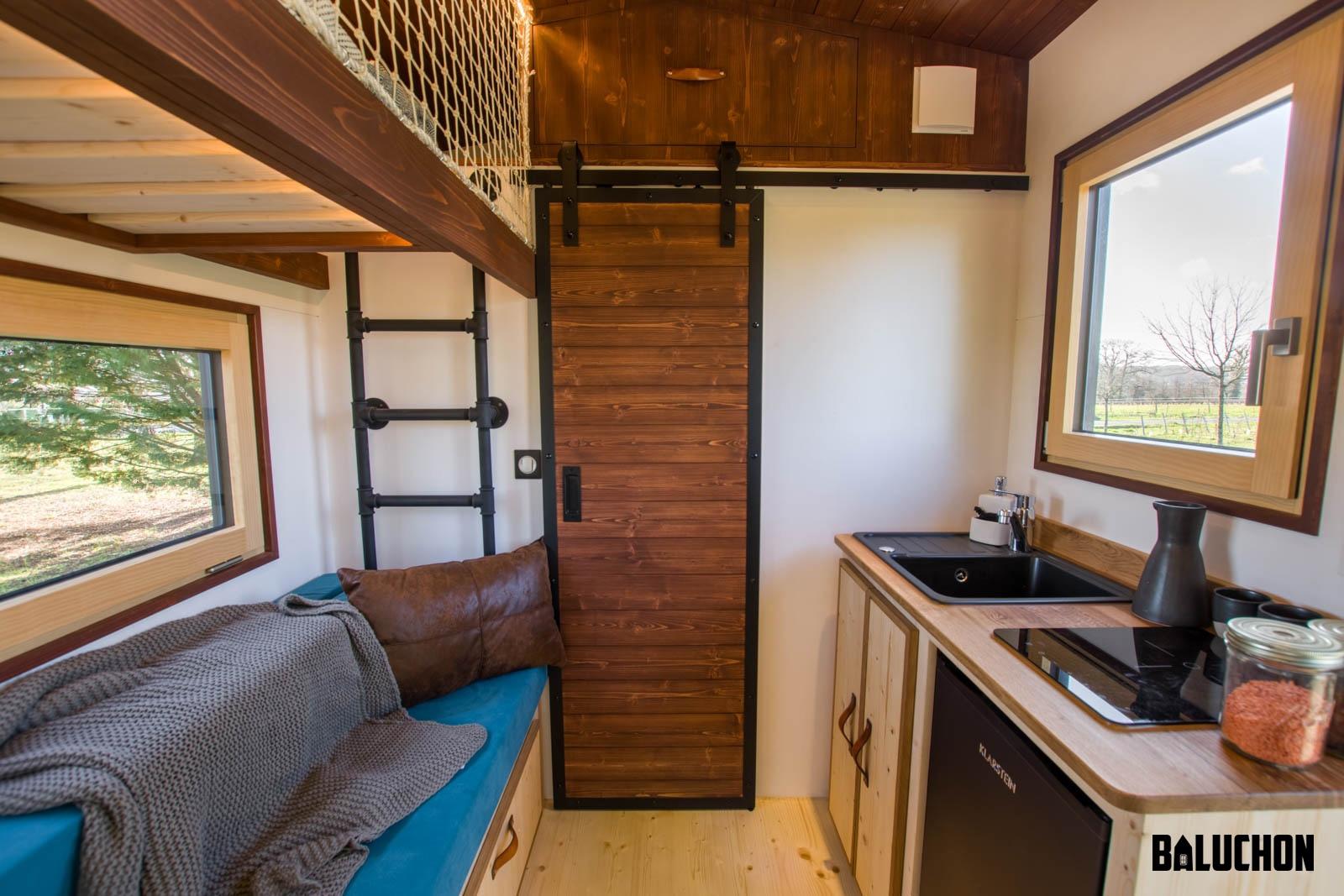 Маленький мобильный домик со всеми удобствами.