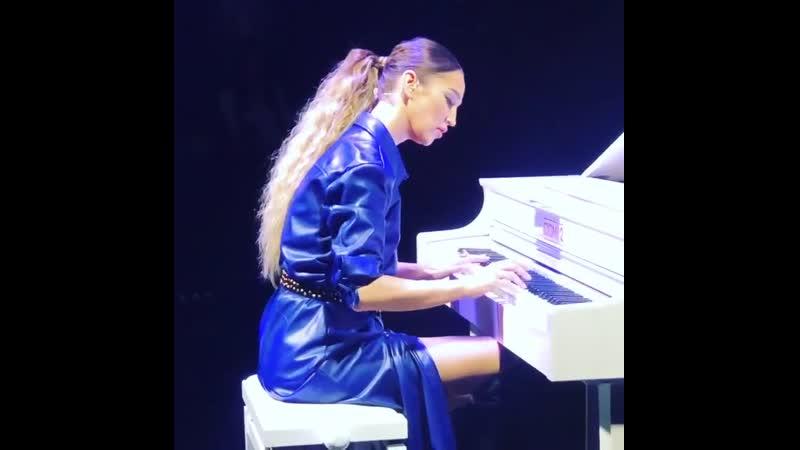 Пианистка Бузова