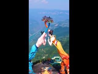 На краю обрыва, 1200 метров над землей: в Китае открыли аттракцион Летающий поцелуй