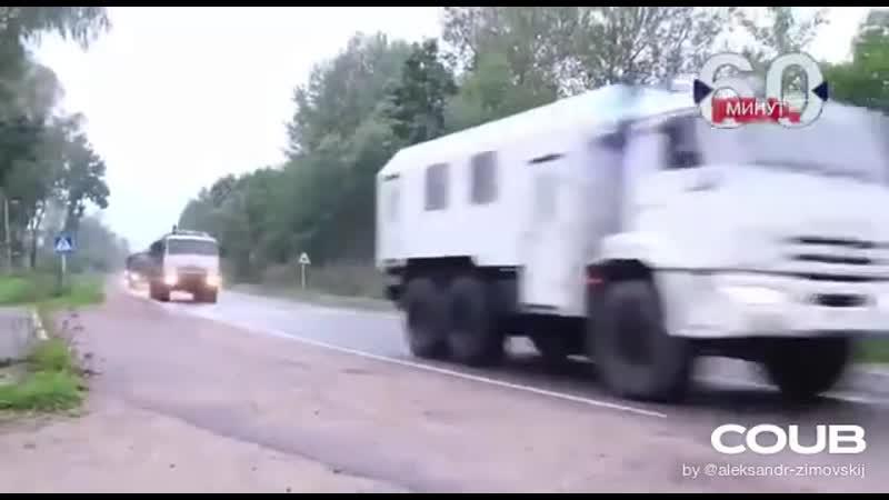 На высокой скорости в направлении от белорусской государственной границы движутся автомобили КамАЗ и Урал правоохранительного цв