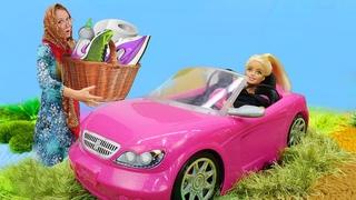 Видео про игры в куклы Барби. Машина Барби застряла в пруду! Баба Маня просит помочь мотоциклиста
