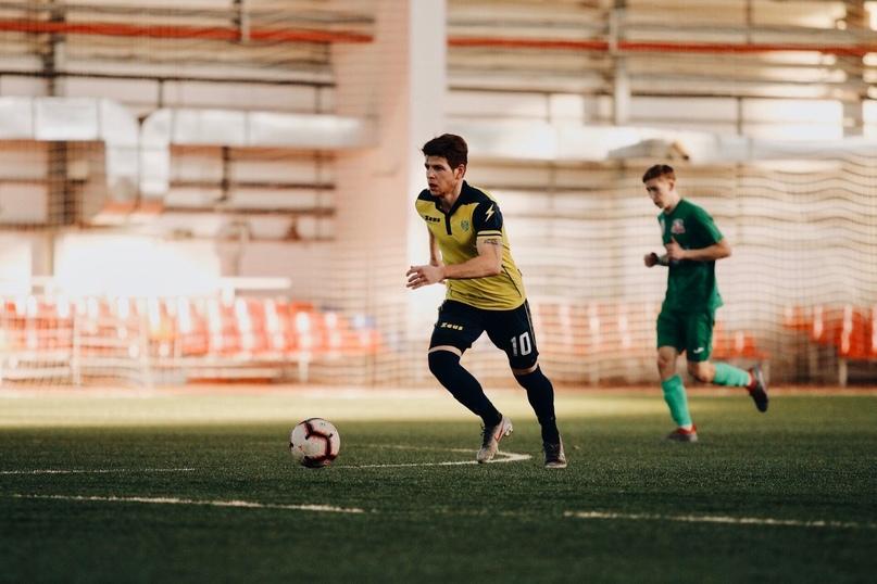 Михаил Горелишвили (с мячом) убедил тренерский штаб «Лады» в том, что пригодится команде