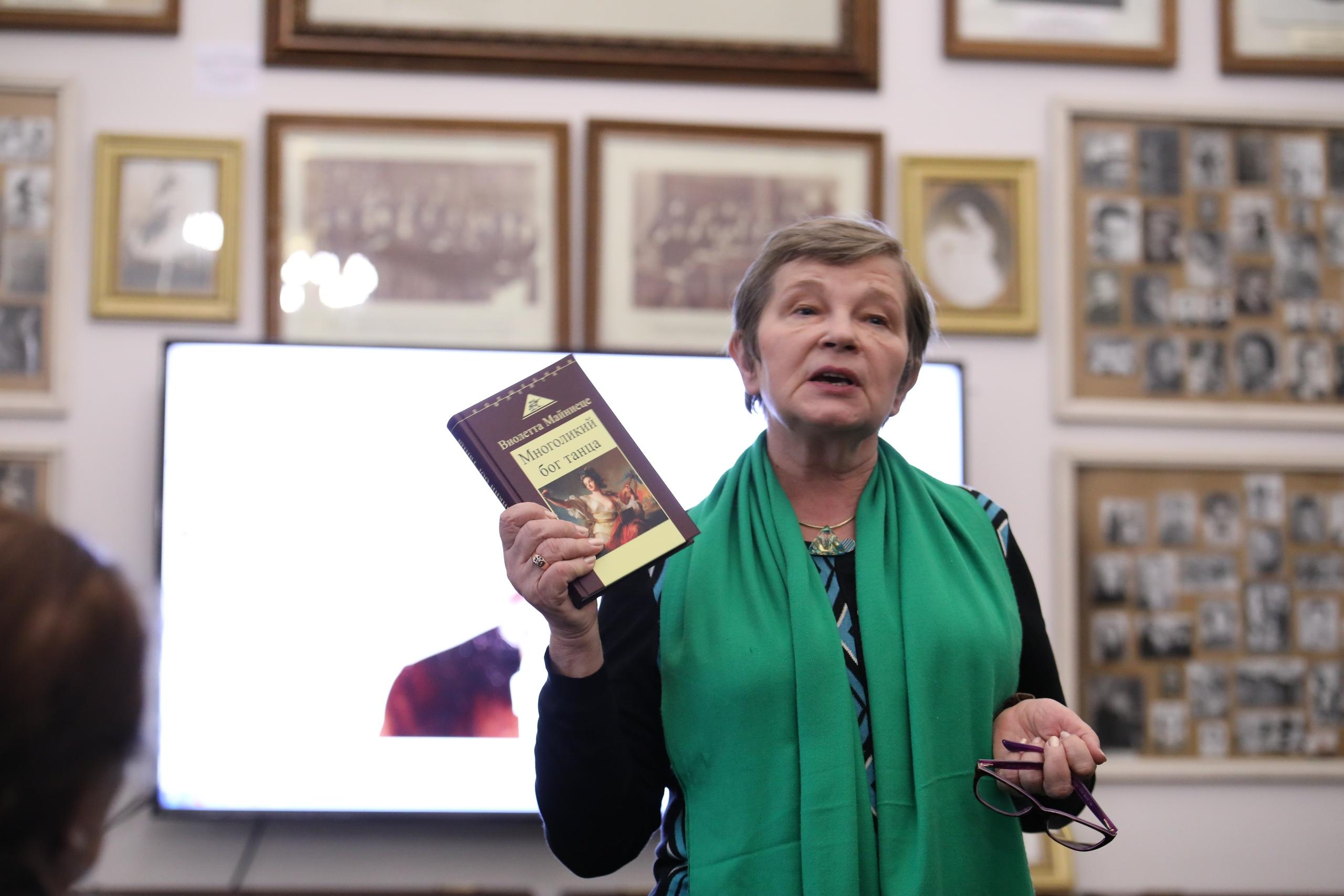 В.А. Майниеце представляет свою книгу.