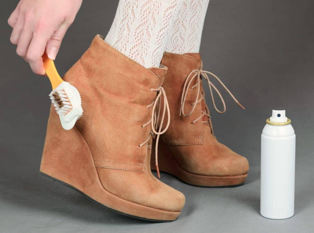 Как лучше всего чистить замшу?