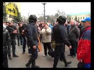 Новое. Милиция под аплодисменты покидает здание харьковского облсовета. .