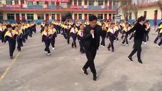 каждое утро в этой китайской школе начинается с танца. директор впереди
