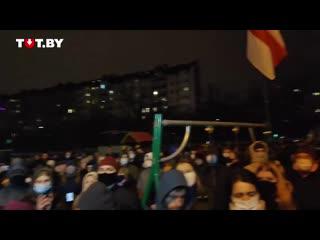Эмоциональное выступление мужчины перед людьми после новости о смерти Романа Бон