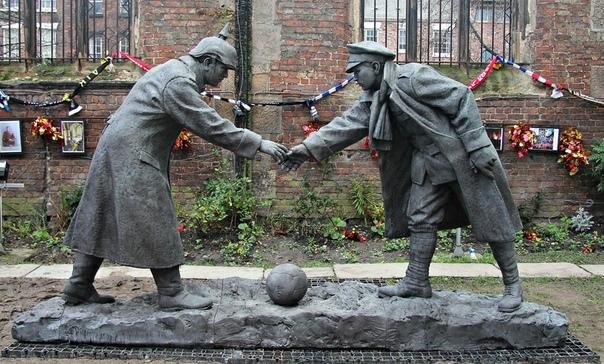 Памятник, посвященный спонтанному перемирию британской и немецкой армии в день Рождества 1914-го года в Ливерпуле