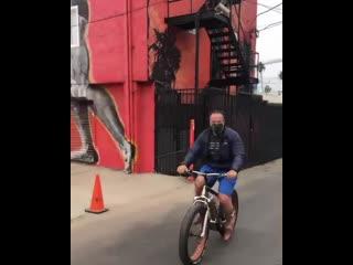 Арнольд Шварценеггер совершает свою первую велосипедную прогулку после операции на сердце